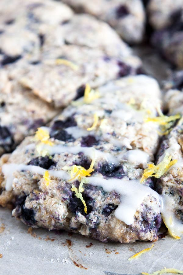 Spring Breakfast alert! Tangy lemon pairs so nicely with juicy blueberry in these Lemon Blueberry Scones.
