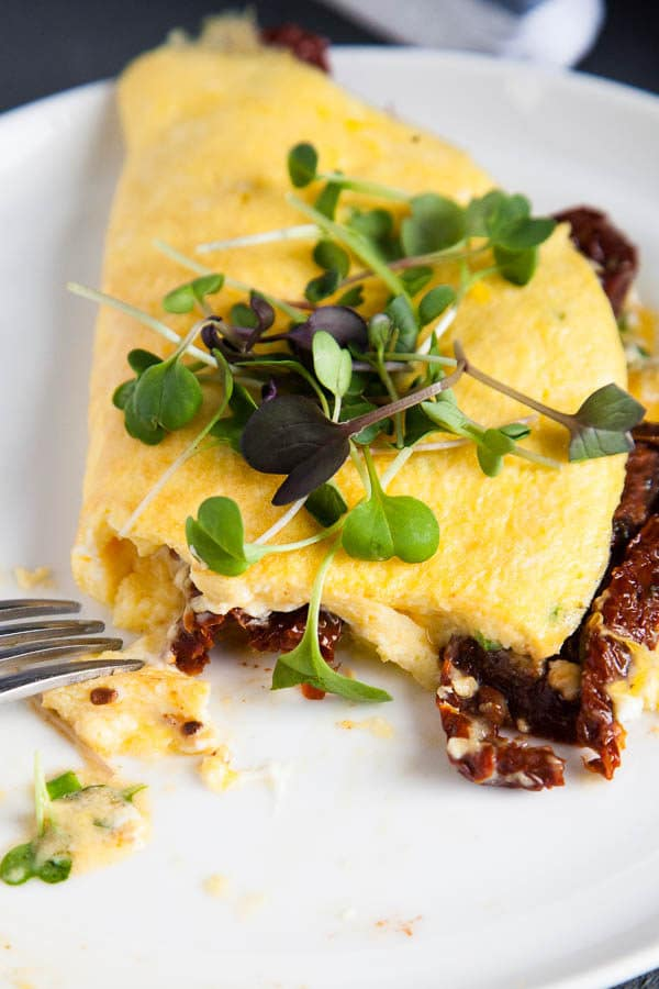 This sundried tomato and goat cheese omelette recipe is packed with flavour and has tips to make your breakfast for dinner a success!